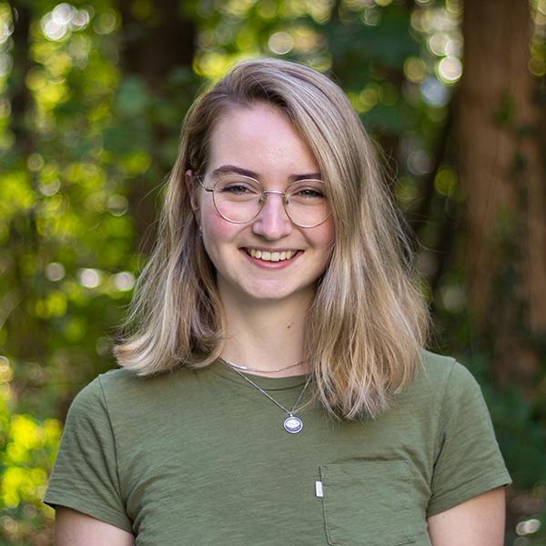 Foto Marrit met groen shirt op blurred bos achtergrond