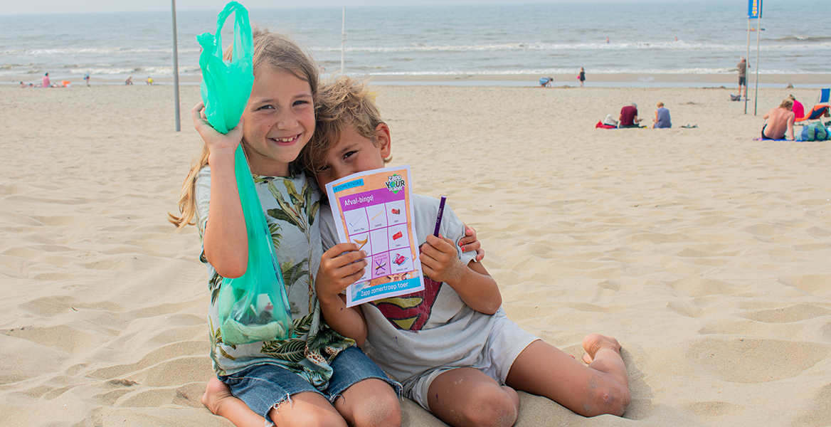 Offline activatie op de stranden van Nederland: kinderen spelen de afvalbingo en ruimen op